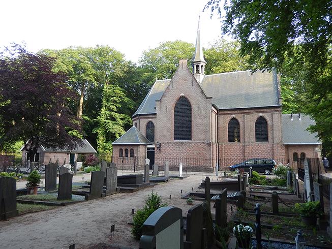 Het kerkhof met daarachter de Stulpkerk in Lage Vuursche - Foto: ©Fransien Fraanje
