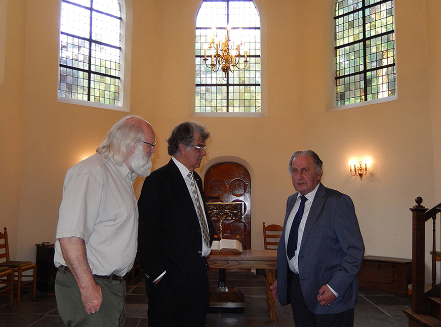 Louis Fraanje en Henk Vreekamp luisteren naar de uitleg van Frans de Kuier - Foto: ©Fransien Fraanje