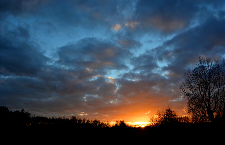 Zo'n langzaam verkleurende avondlucht is een schitterend schouwspel - Foto:© Louis Fraanje