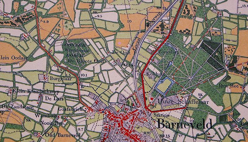 Topografische kaart uit 1905. Het bruin gekleurde vlakje met het woordje 'Locaal' is het Vliegersveld. Barneveld was toen nog een klein dorp