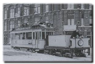 winter-1956-009_grDe tram blijft vastzitten in de sneeuw, aan het Stationsplein in Den Haag op 13 februari 1956. Foto: ©Frits van Dam