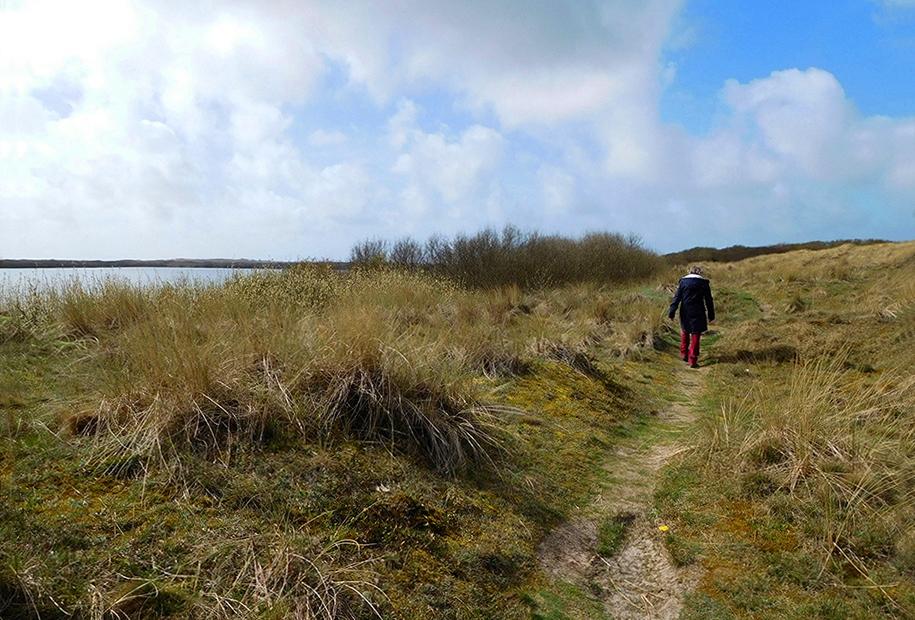 Fransien zwervend door de duinen van de Horspolders - Foto: Louis Fraanje