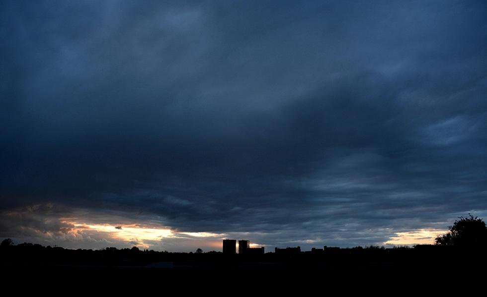 Als een donker silhouet zien we aan de horizon Veenendaal liggen - Foto: Louis Fraanje