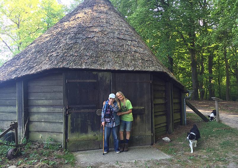 Koos Vos vorig jaar lente 13 mei 2016 bij dezelfde schaapskooi waar ze destijds in woonde - Foto: Laura Hoogerwerf