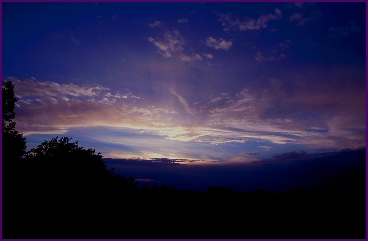 Het wonder van licht en donker aan de avondhemel - Foto: ©Louis Fraanje