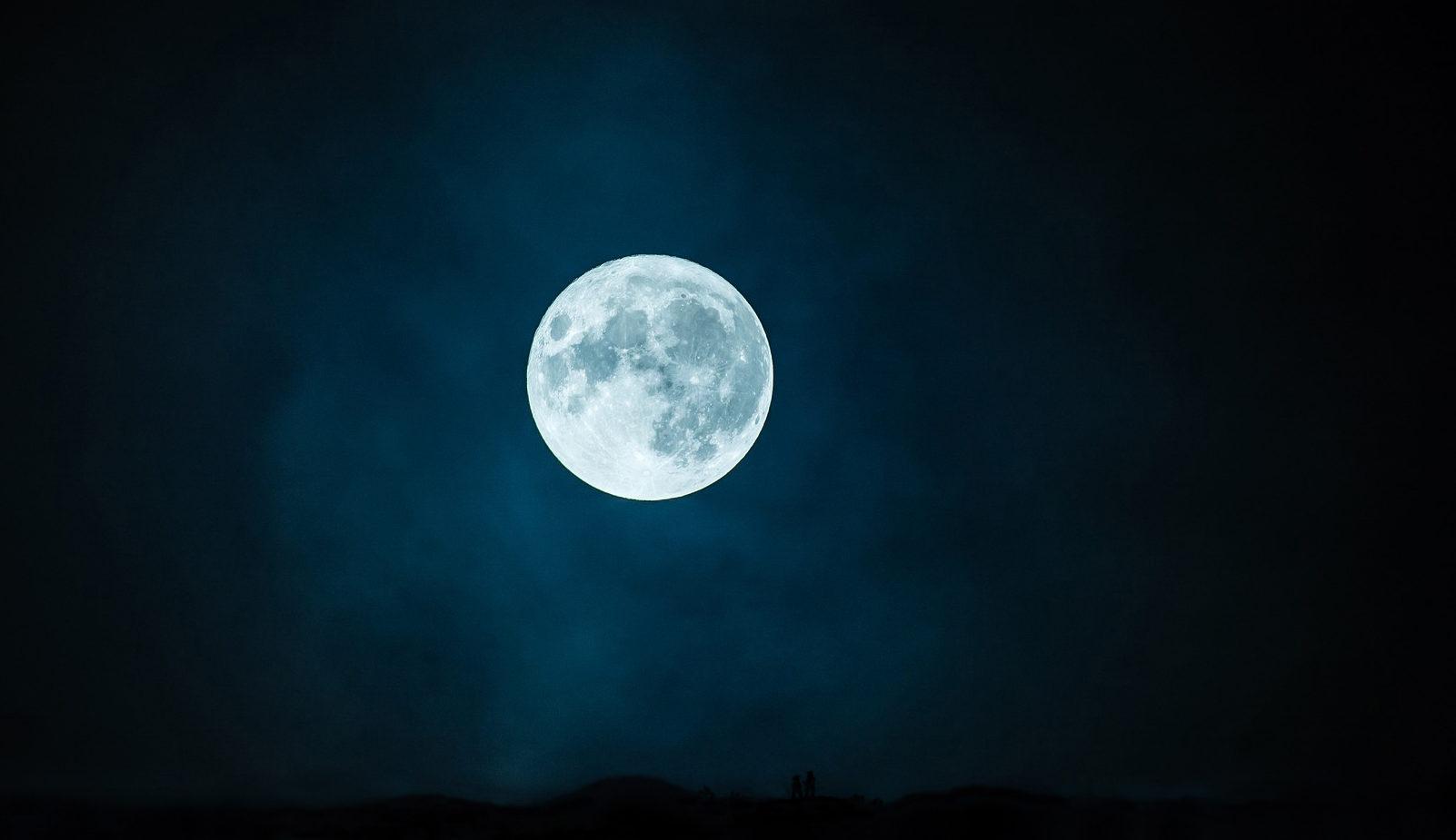 """Twee Veluwse vrienden """"Zwijgen bij volle maan"""" in het Kootwijkerzand - Foto: ©Jac. Gazenbeekstichting"""