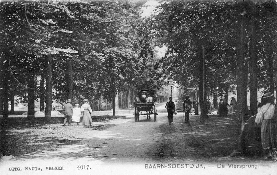 msterdamsestraatweg rond de vorige eeuwwisseling, sinds 1816 een straatweg in de 'Nieuwe Allee' van 1763-1765 door Willem V. Links tussen de bomen het huis De Oranjeboom (Coll. Historische Kring Baerne)