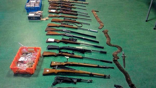 Tientallen wapens en een grote hoeveelheid illegaal geschoten vlees in beslag genomen – Foto: ©Politie