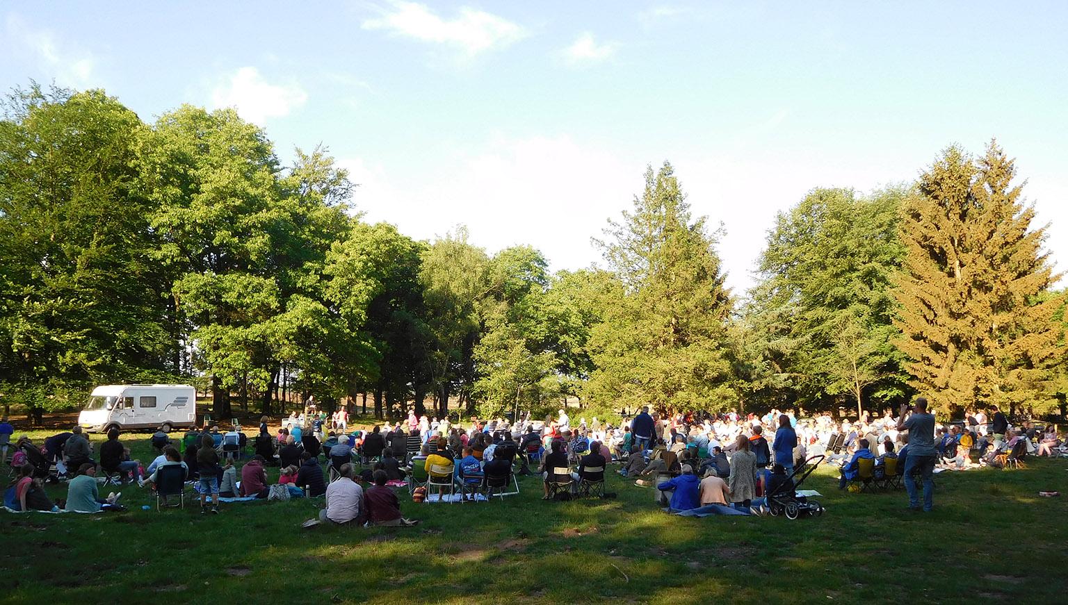 Enkele honderden mensen waren bijeen gekomen op de Ginkelse Heide - Foto: ©Louis Fraanje