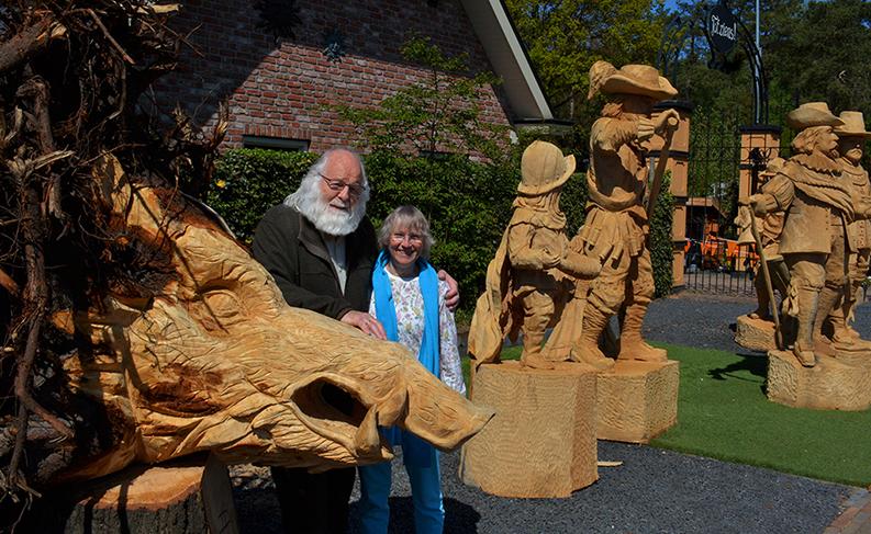 Even poseren bij de prachtige houtsculpturen, zoals o.a. de kop van een keiler - Foto: ©Eigen opname