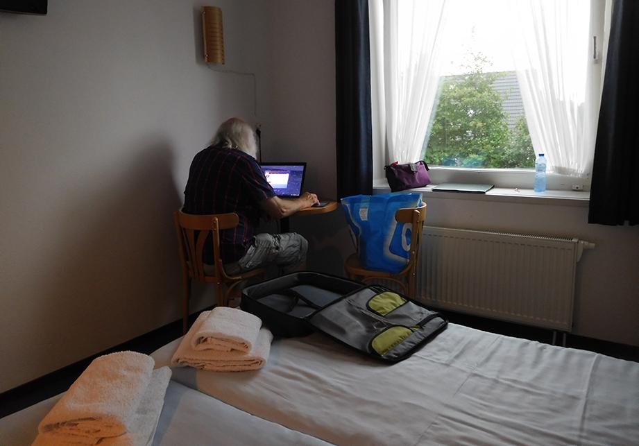Louis druk aan het werk achter de laptop...