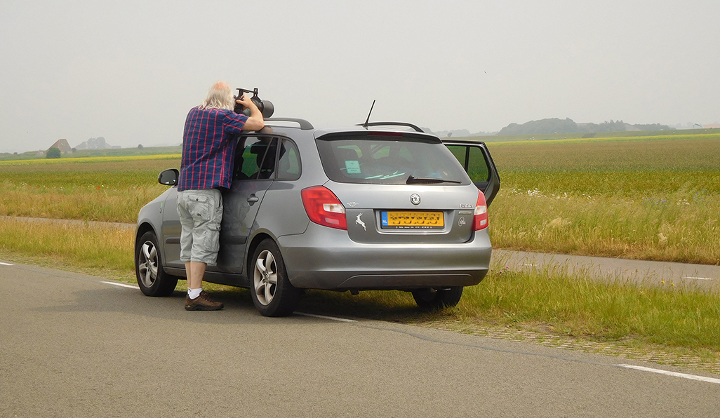 Met een fotokussen op het dak van de auto – Foto: ©Fransien Fraanje