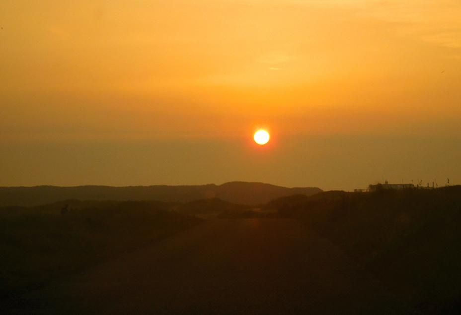 De avondzon werpt haar laatste lichtbundels over de duinen - Foto: ©Fransien Fraanje