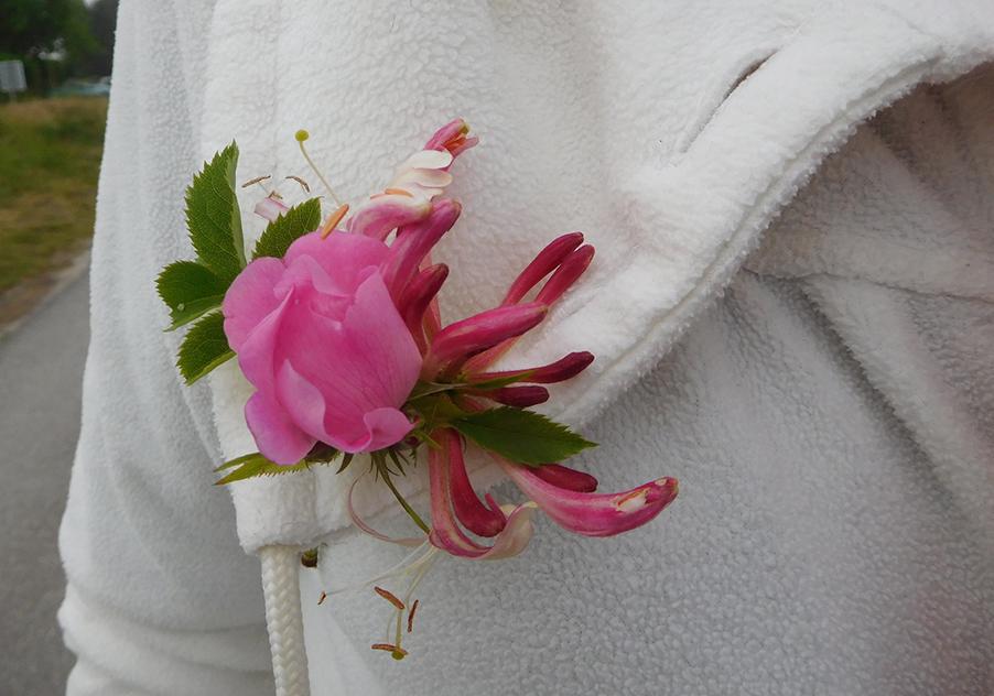 Even later prijkt een bloem op het revers van Janny - Foto: ©Fransien Fraanje