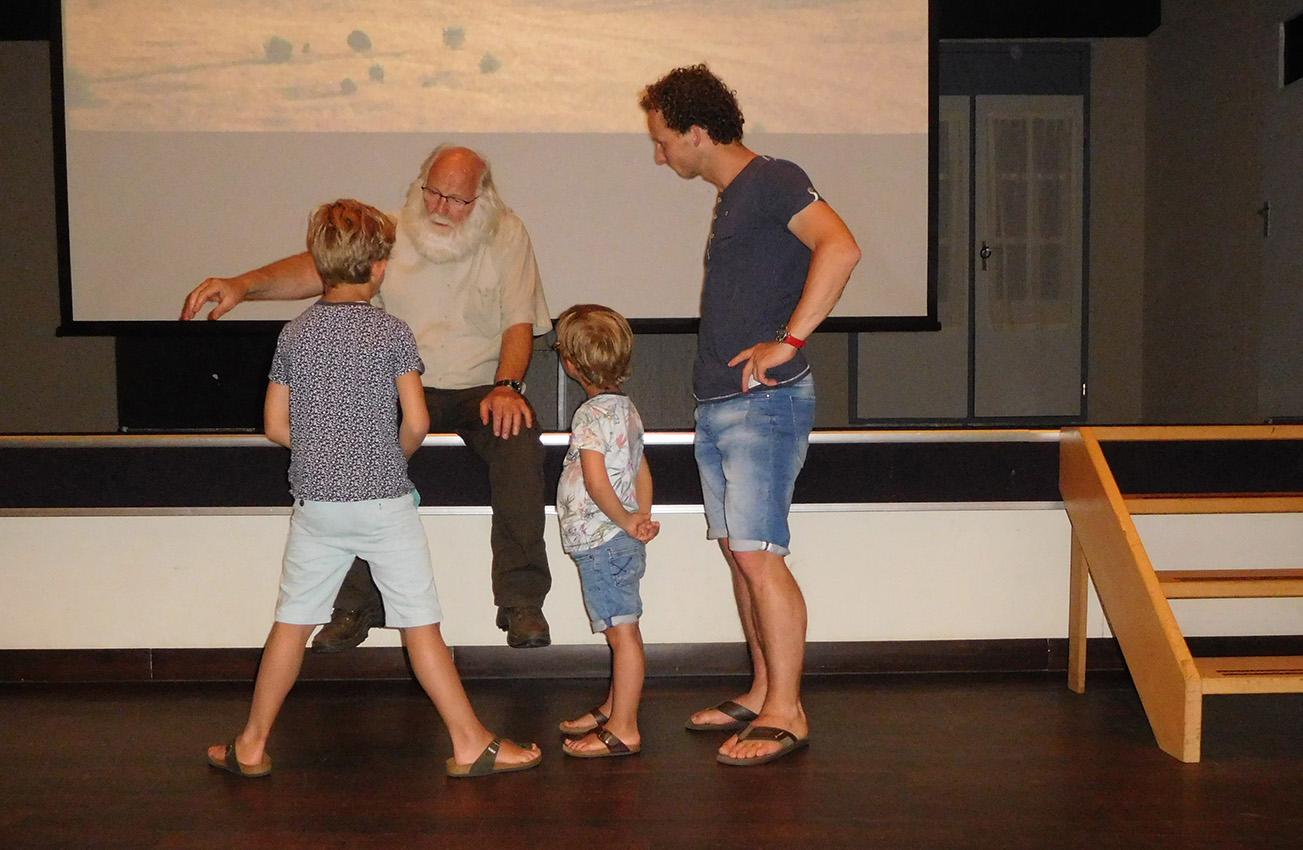 Louis krijgt ook veel vragen van de kinderen over de natuur - Foto: ©Fransien Fraanje
