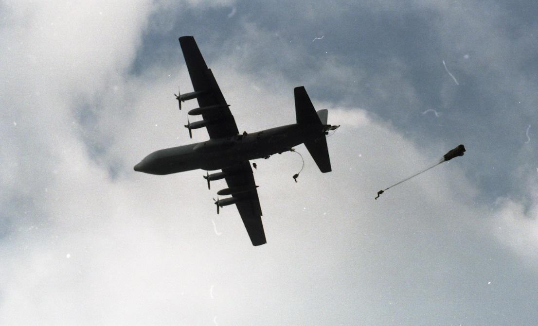 Luchtverkeer boven Ede - Foto: ©Gemeente Archief Ede no.GA55173