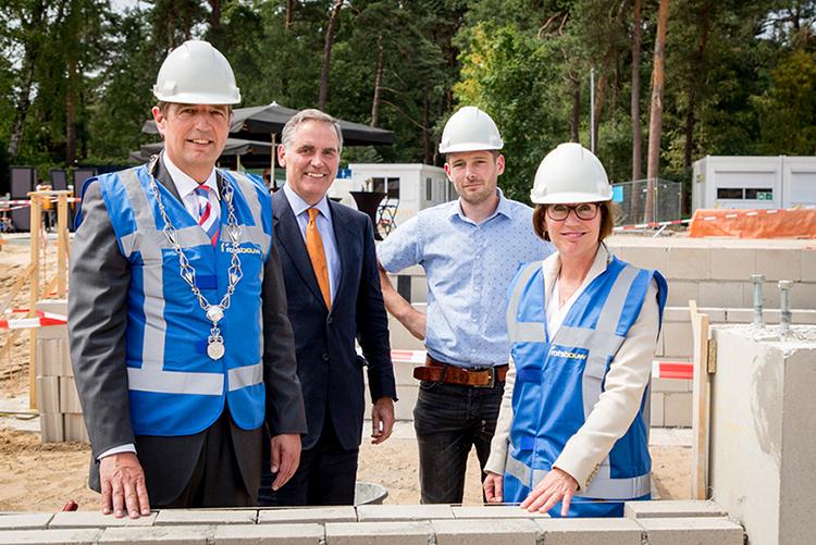 Symbolisch wordt de eerste strook van de fundering voor het nieuwe centrumgebouw gelegd - Foto: ©Hoge Veluwe