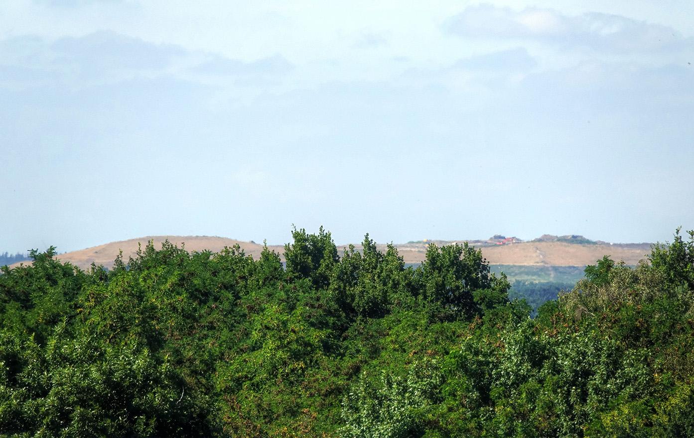 Zag ik een grote gele zandhoop boven de bomen uitsteken - Foto: ©Jan van Uffelen