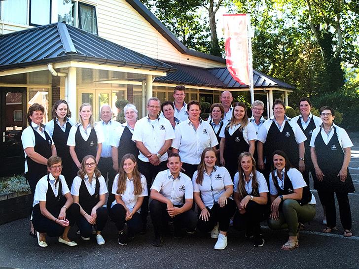Het personeel van De Molen met in het midden Peter en Cynthia - Eigen foto