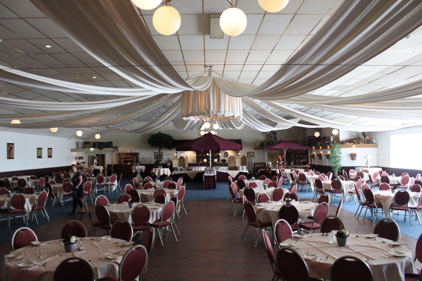 De grote zaal van Partycentrum De Molen biedt ruimte aan maximaal 450 personen voor een bruiloft en tot maximaal 750 personen voor vergaderingen, herdenkingsdiensten, congressen - Eigen foto