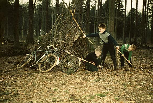 Louis als kleine jongen samen met zijn broertjes een hut aan het bouwen in het bos – Foto: ©Bertus Kleut(†)