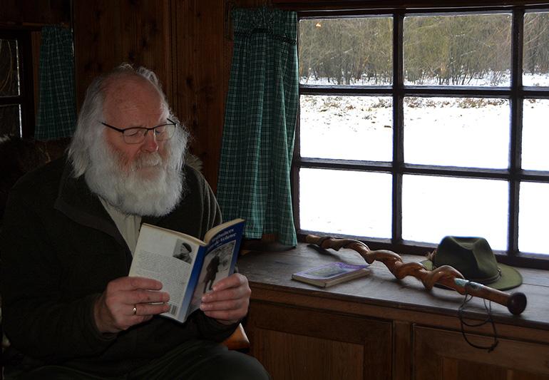 Louis leest een boek in de hut