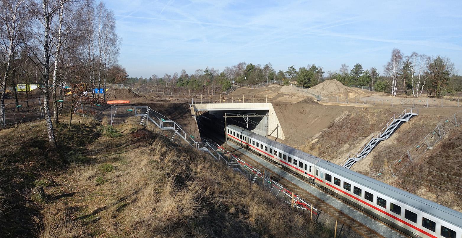 Het treinverkeer ondervindt geen hinder van de bouw - Foto: ©Jan van Uffelen