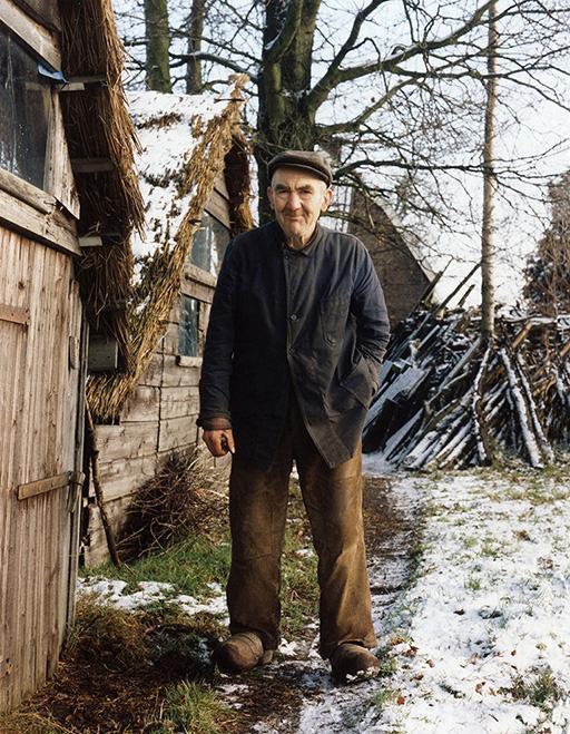 Evert Bouw achter het huis bij zijn zelfgebouwde schuurtjes - Foto: ©Louis Fraanje