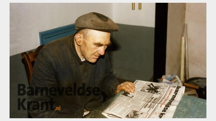 Evert Bouw verdiept zich in de Barneveldse Krant - Foto: ©Louis Fraanje