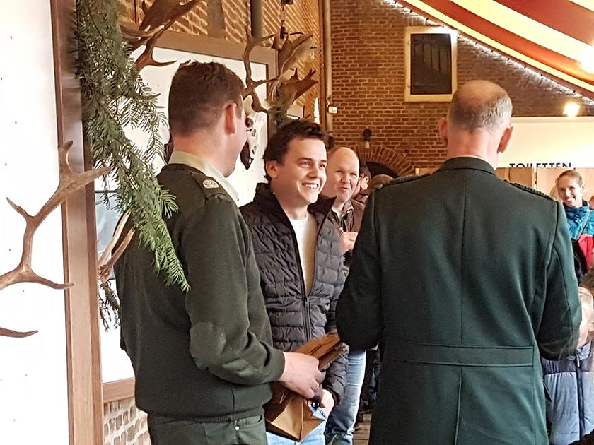Hier krijgt Patrick uit handen van Henri Kleijer en Jan Huttinga de prijs uitgereikt - - Foto: ©Monique Jakobs