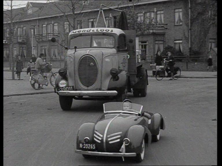 Het 'Rode' autootje in het verkeer - Foto: Particulier bezit
