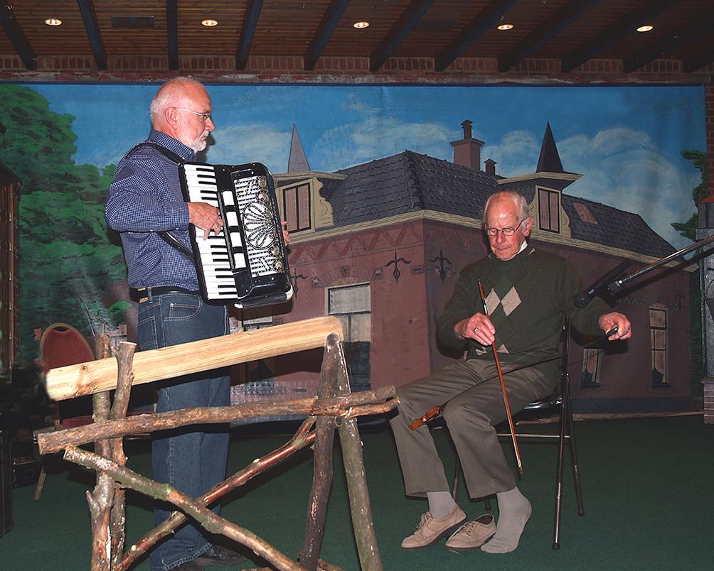 Henk Nes (links) en boswachter Folsche met zijn zingende zaag - Foto: ©Jac. Gazenbeekstichting