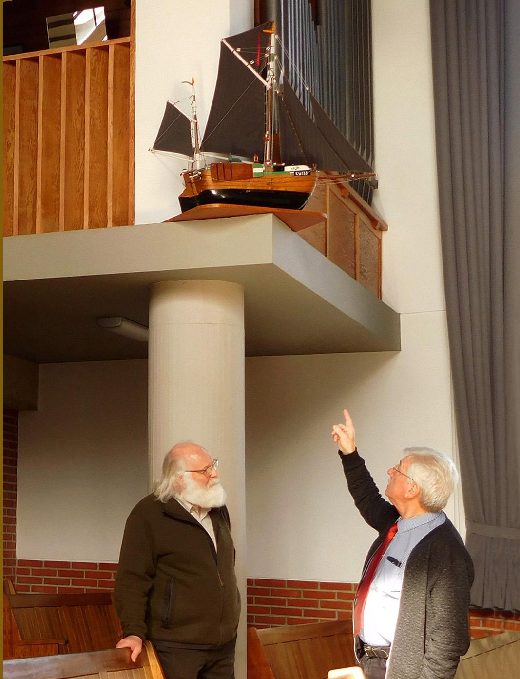 Wim Varkevisser vertelt over het zeilschip in de kerk - Foto: ©Fransien Fraanje