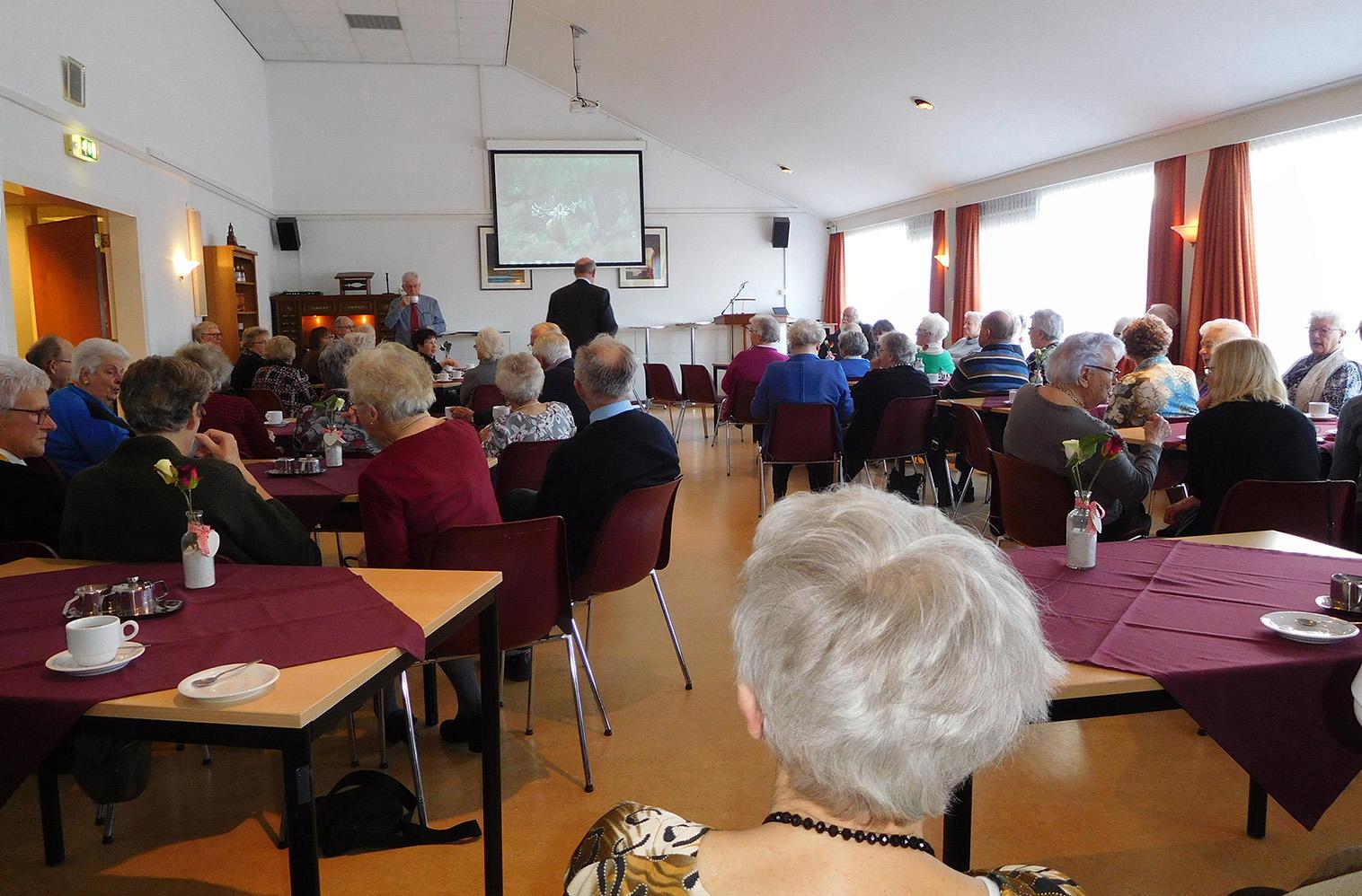 Zo'n 50 personen waren naar deze Wijkmiddag in Katwijk gekomen - Foto: ©Fransien Fraanje