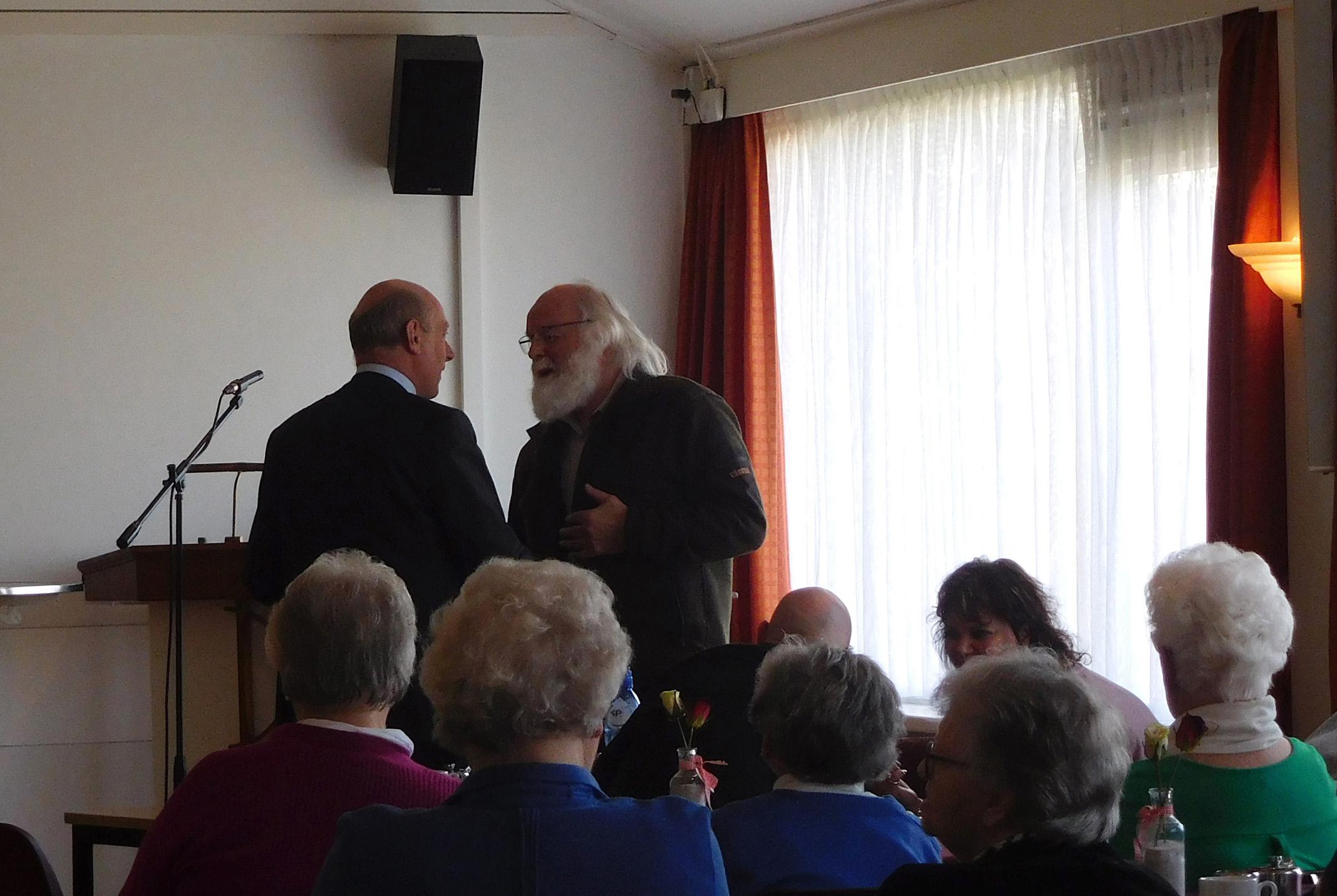 Louis Fraanje in gesprek met dominee Alblas - Foto: ©Fransien Fraanje