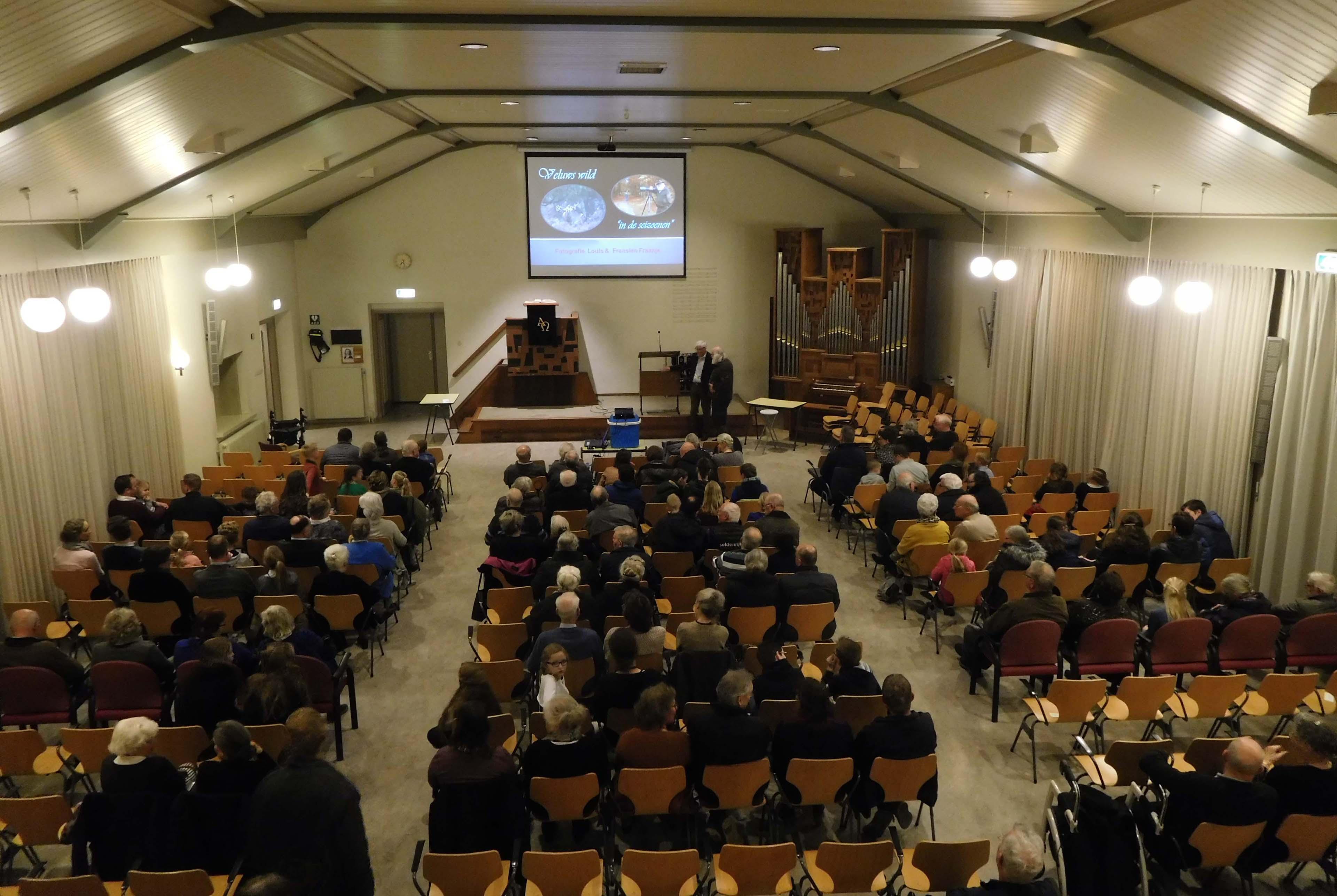 Een bijna volle kerkzaal voor de lezing over de Veluwe - Foto: ©Fransien Fraanje