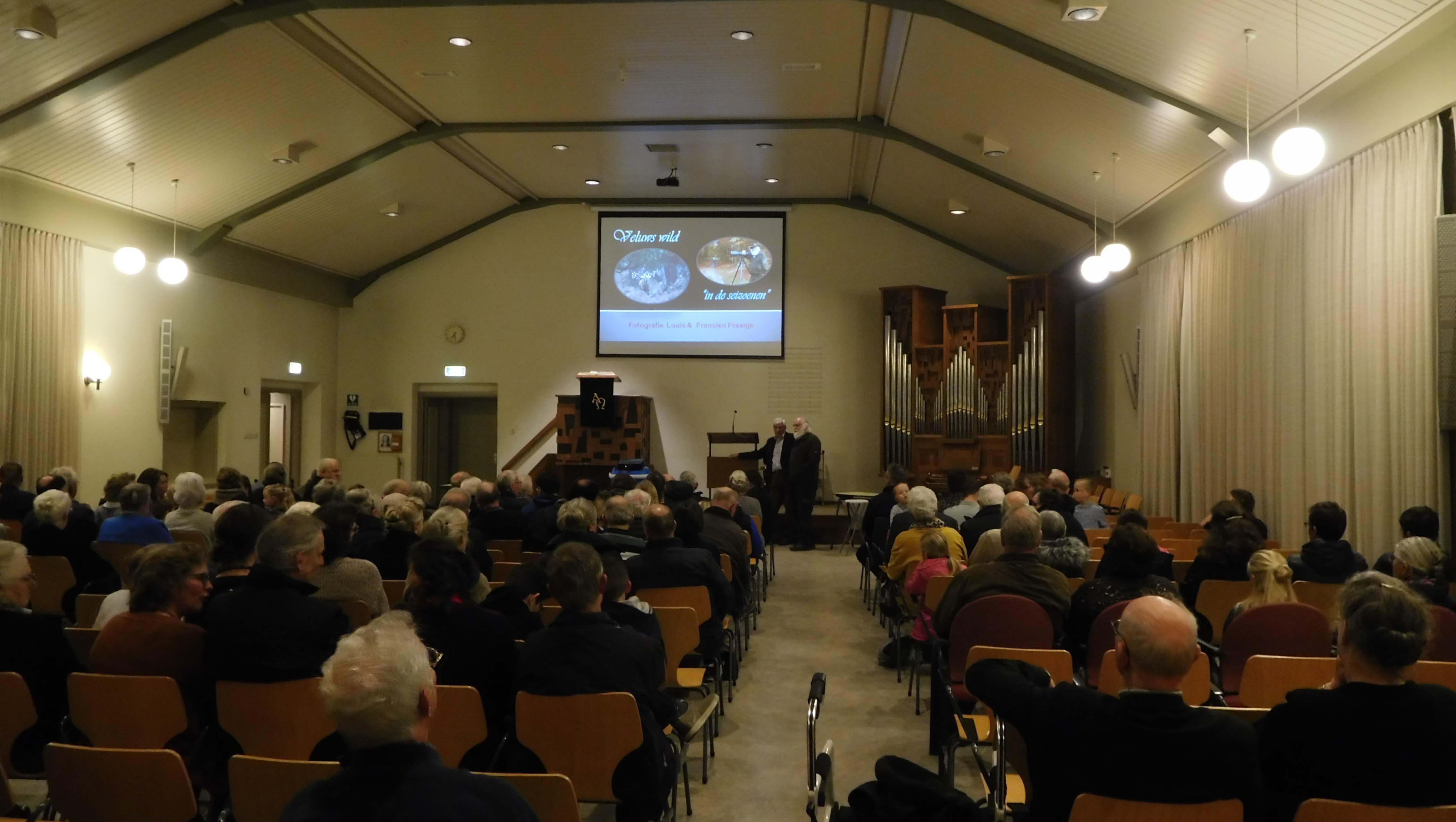 Ruim voor aanvang zaten er al bezoekers in de kerkzaal - Foto: ©Fransien Fraanje