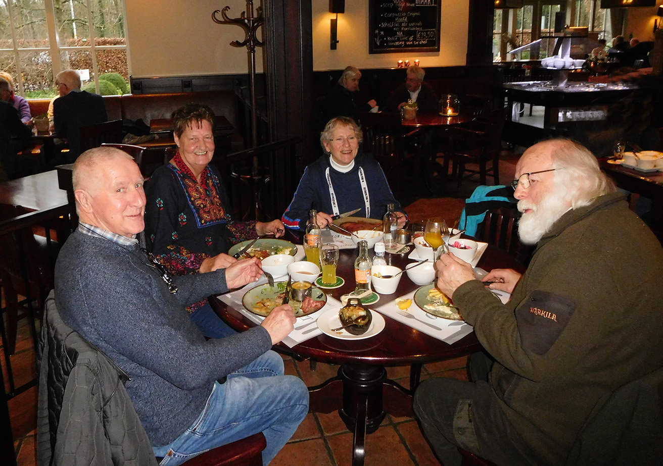 Natuurvrienden Florus, Jannie, Fransien en Louis aan de ronde eettafel - Foto: ©Restaurant De Goudreinet
