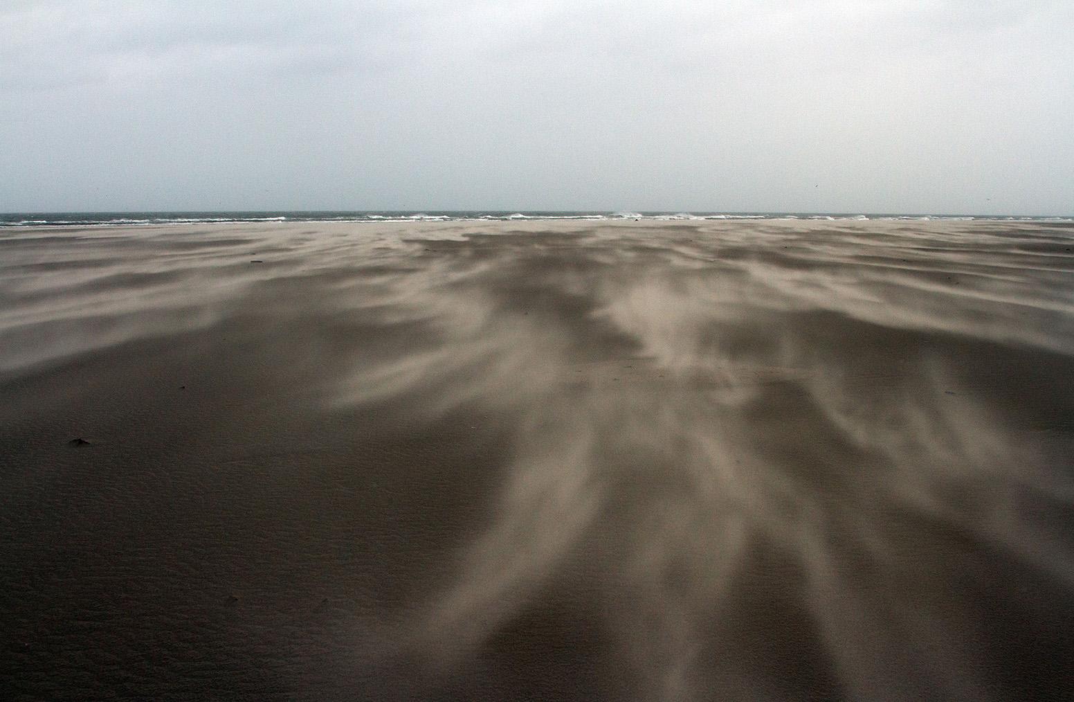 Spookachtige figuren werden door de wind als tongen over het natte zand geblazen - Foto: ©Anja Arentzen