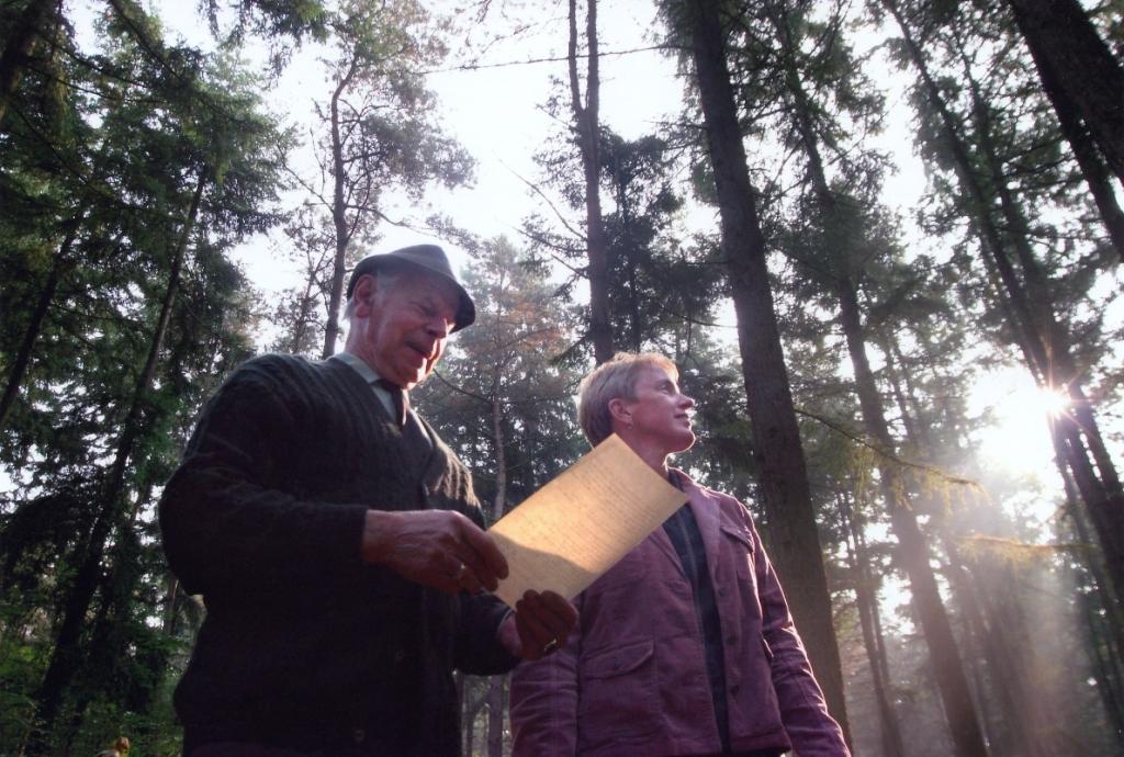 Vader en dochter Folsche bekijken en beoordelen het bos - Foto: ©Archief Folsche