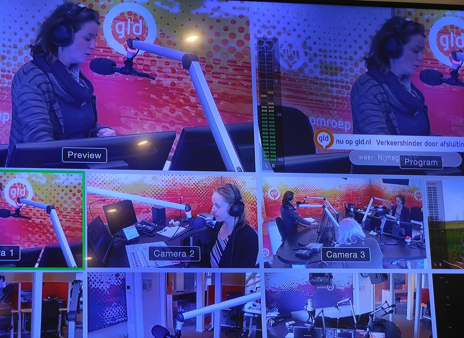 Het nieuws tussendoor op het grote beeldscherm in de studio - Foto: ©Fransien Fraanje