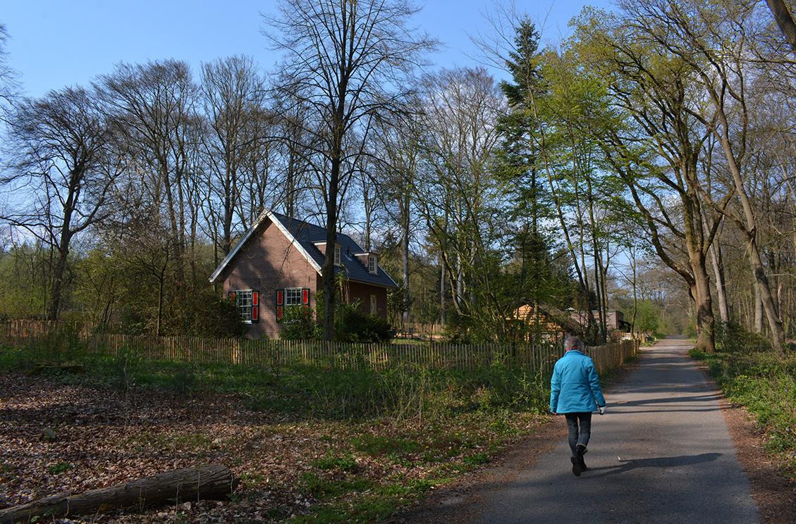 Bij de voormalige boswachterswoning loopt Fransien richting het Arboretum Oostereng -Foto: ©Louis Fraanje