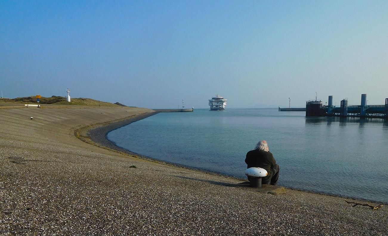 Louis zit op de uitkijk in de veerhaven bij 't Horntje – Foto: ©Fransien Fraanje