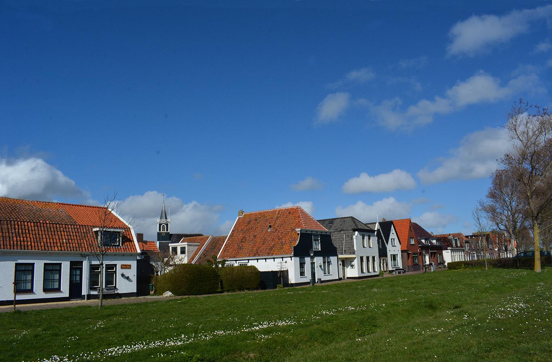 De prachtige huizenrij onder aan de dijk van Oudeschild – Foto: ©Fransien Fraanje