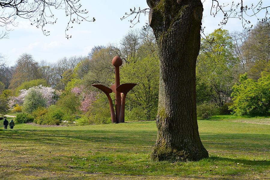 """Het grote kunstwerk """"Ontluikend leven"""" van Huub en Adelheid Kortekaas midden in het Arboretum Foto: ©Louis Fraanje"""