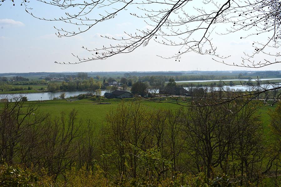 Mooi doorkijkje over de Betuwe en Rijn naar Lexkesveer. Foto: © Fransien Fraanje