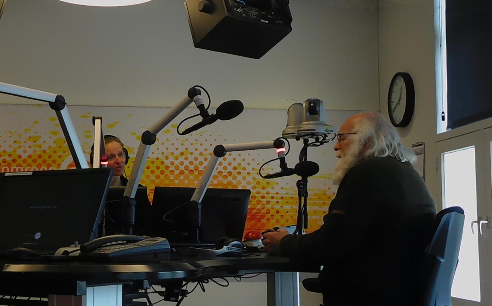Louis in gesprek met Xandra Rakier in de studio bij Omroep Gelderland. Foto:© Fransien Fraanje