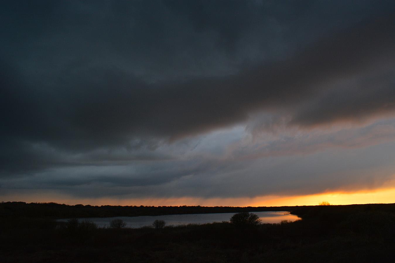 Langzaam begint de avondhemel steeds mooier te kleuren,– Foto: ©Louis Fraanje