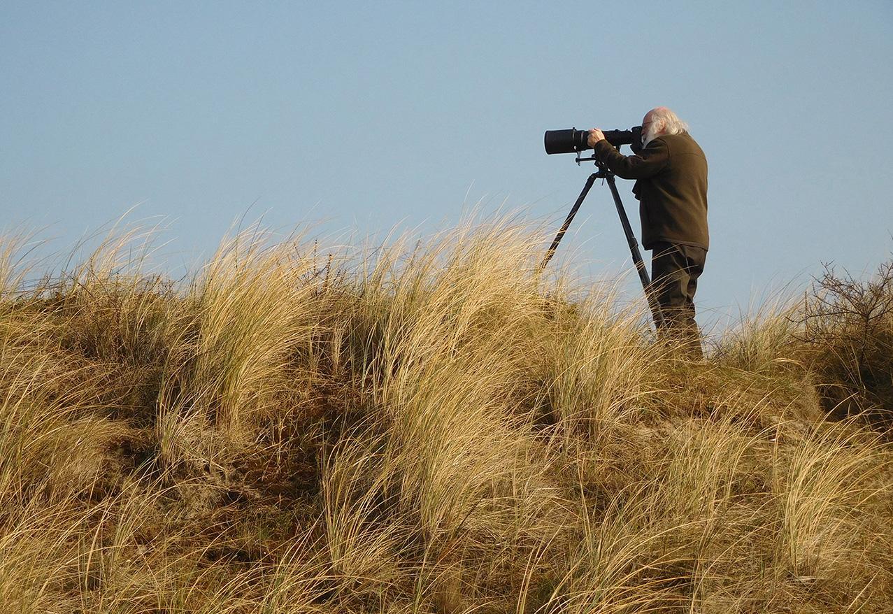 Louis probeert het mooie vogeltje goed in de lens te vangen – Foto: ©Fransien Fraanje
