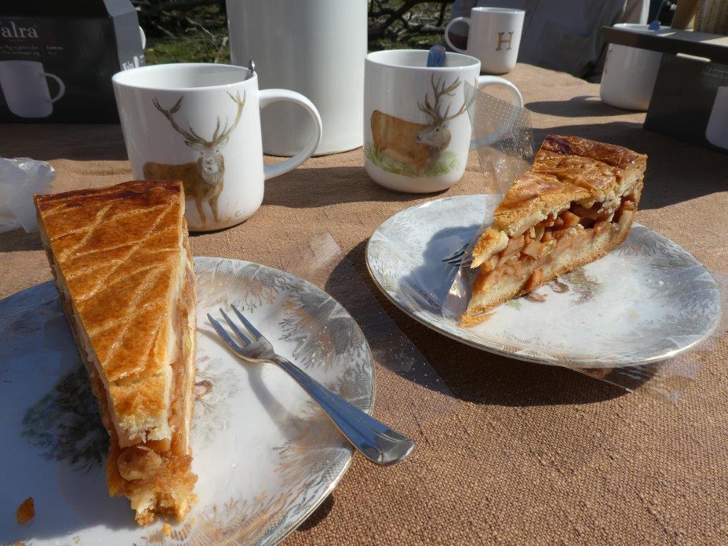 Een gedekte tafel met heerlijke appeltaart en een Hubertus-mok - Foto: ©Florus van den Berg